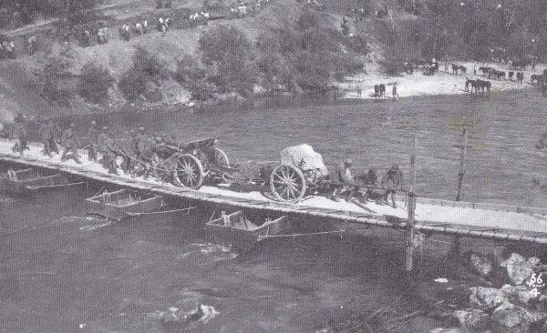 סוללת תותחים איטלקית צולחת את נהר האיזונצו